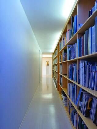 A área destinada ao corredor foi transformada em biblioteca pelo arquiteto chileno Enrique Browne. No lugar de divisórias convencionais, ele optou por estantes de madeira