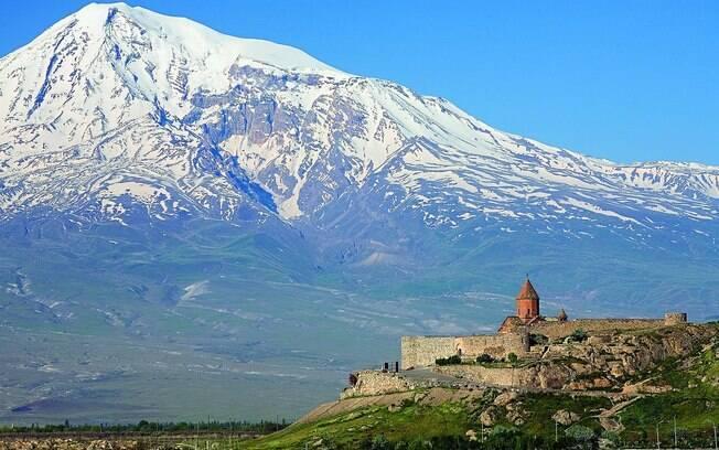 O mosteiro de Khor Virap é um dos mais populares destinos turísticos na Armênia, que ficou em 2º lugar na pesquisa, com 93% dos entrevistados crentes.. Foto: Divulgação Wowarmenia/Wikipédia