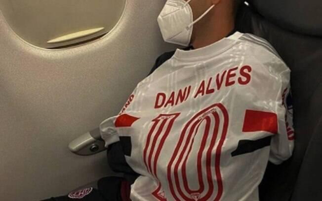 Jogador do Lanús provoca Daniel Alves após eliminação no Morumbi