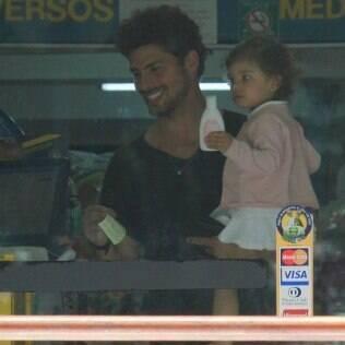 Cauã Reymond circula com a filha, Sofia, pelo Rio de Janeiro