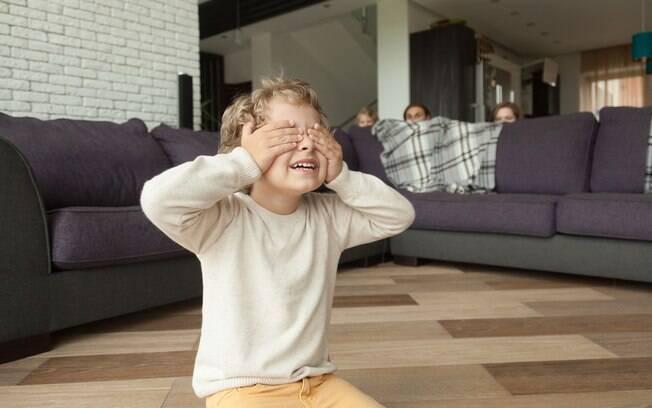 Esconde-esconde está na lista de brincadeiras fáceis de se fazer em casa com as crianças