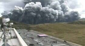 Vulcão entra em erupção no Japão e forma grande nuvem de fumaça