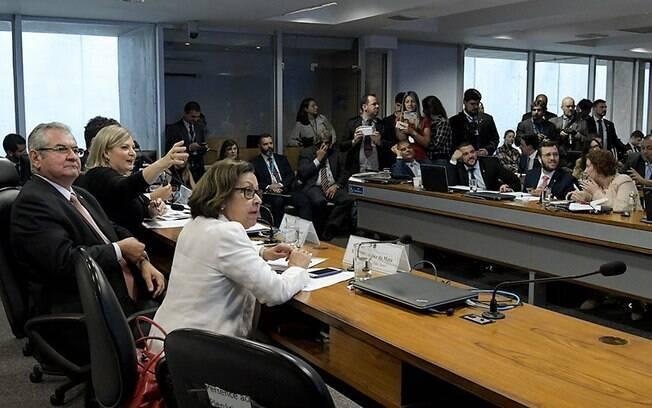 A relatora da CPI, deputada Lídice da Mata (de branco), e o senador Angelo Coronel com Joice Hasselmann, em dezembro