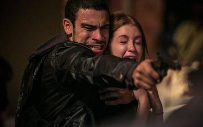 Jacaré atira em Sofia e leva Eliza como refém, em