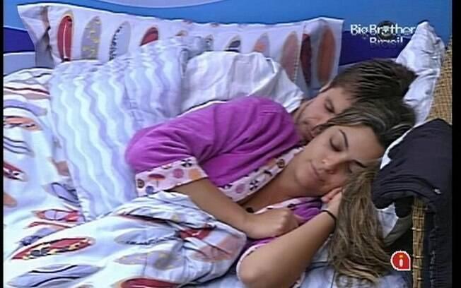 Jonas e Monique protagonizaram cenas de carinho