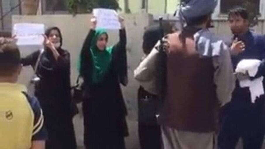Mulheres em Cabul protestando