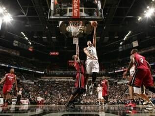 Spurs aproveitaram desgaste físico adversário no último quarto para desequilibrar o placar