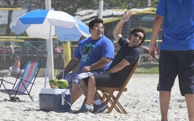 André Marques e Emilio Orciollo Netto gravam debaixo de sol forte para o 'Vídeo Show'