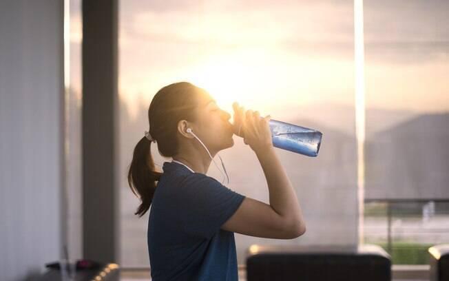 Se o corpo está desidratado, consome massa magra, então é mais um motivo para você não se esquecer da hidratação