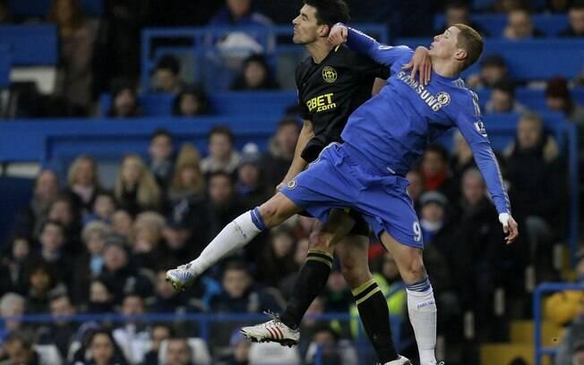 Fernando Torres disputa a bola no alto com  Paul Scharner, do Wigan
