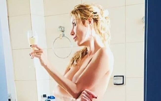 Luiza Possi sensualiza em clique no Instagram. Cantora postou foto completamente nua