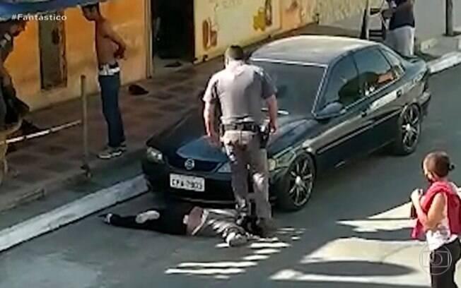 Imagens mostram policial pisando no pescoço da comerciante