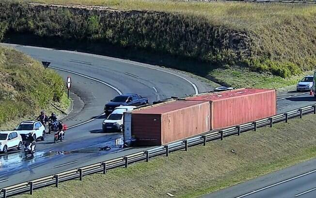 Caminhão tomba em pista da Rodovia Dom Pedro em Campinas