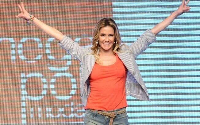 Deborah Secco desfila o alto astral e a boa forma que são a fórmula do sucesso de sua personagem Natalie Lamour