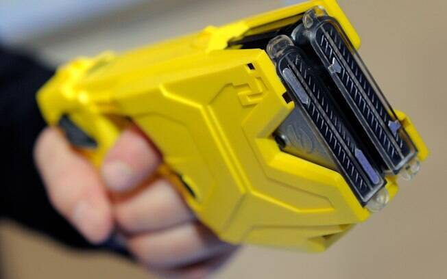 Armas de condutividade elétrica: o popular taser também é usado para impedir avanços do alvo e imobilizar agressores. Foto: Thaís Anzolin/SSP