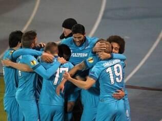 Jogadores da equipe russa comemoram um dos gols do triunfo em São Petesburgo