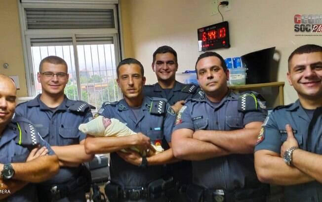 Policiais com nenem no braço