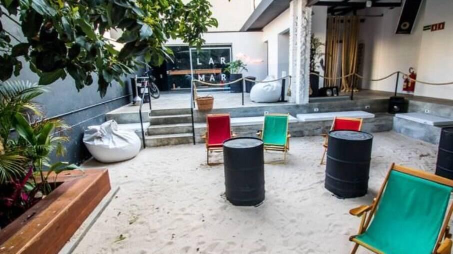 O bar traz um pouco do litoral para a capital paulistana