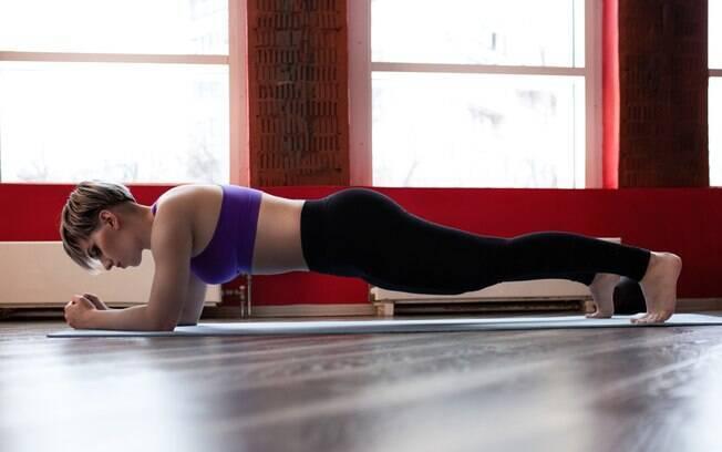 A prancha é considerada o exercício ideal para quem deseja definir o abdômen