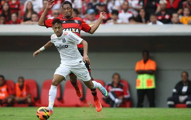 Neymar em ação pelo Santos contra o Flamengo  no final de maio. Foi o último jogo dele pelo  Santos
