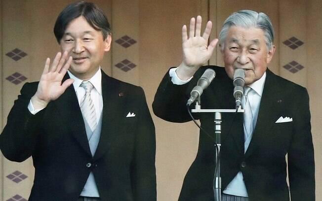 Imperador Akihito, do Japão, abdicou ao trono nesta terça-feira e passará o comando do império a Naruhito (à esquerda)