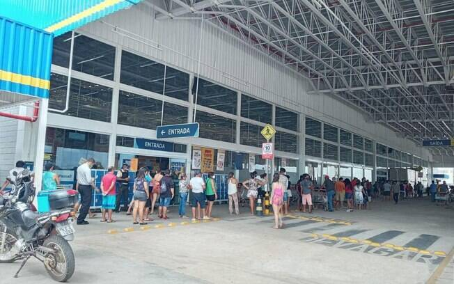 Em Macapá, os moradores estão enfrentando filas longas e demoradas em centros comerciais.