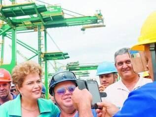 Escolhidos.  Trinta operários do Porto do Rio foram selecionados para tirar selfies com a presidente