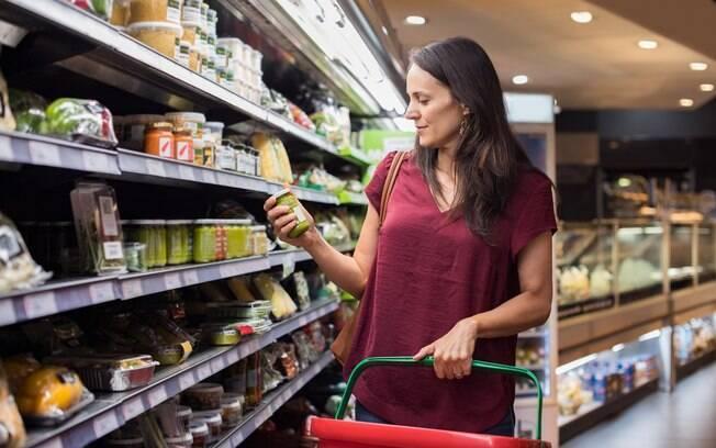 Ao comprar alimentos processados e outros industrializados, preste atenção ao rótulo para fazer as melhores escolhas
