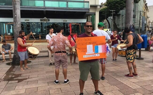 André Sena fez uma ação com seu grupo de maracatu para levantar fundos para a campanha