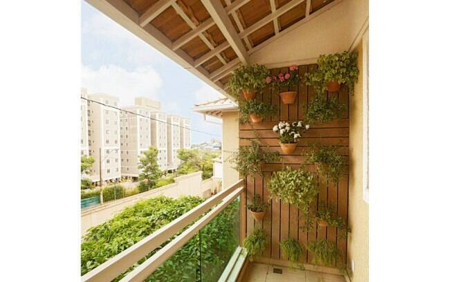 mini jardim quanto custa:parede da varanda foi preenchida por um jardim vertical. A estrutura
