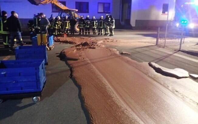 Vazamento em caminhão de entrega cobre rua como uma tonelada de chocolate em cidade na Alemanha