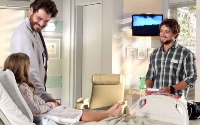 Lúcio vai ao quarto de Júlia dar uma boa notícia