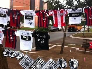 Produtos falsificados do Atlético dividem espaço com camisas de Olimpia, Cerro e da seleção paraguaia