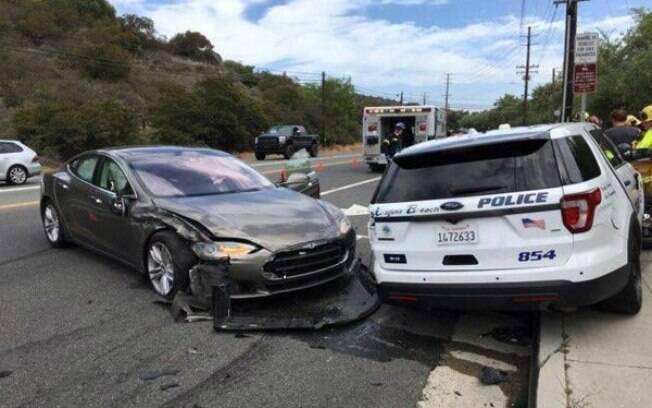 Carro autônomo da Tesla colidiu com viatura estacionada da Polícia de Laguna Beach, cidade litorânea da Califórnia, deixando o