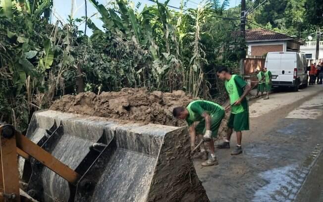 Detentos ajudam na limpeza de São Vicente
