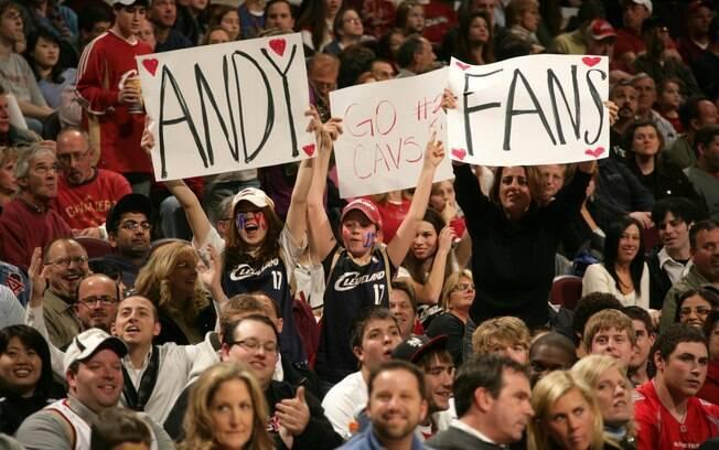 Torcida do Cleveland Cavaliers leva cartazes  no ginásio para homenagear Varejão