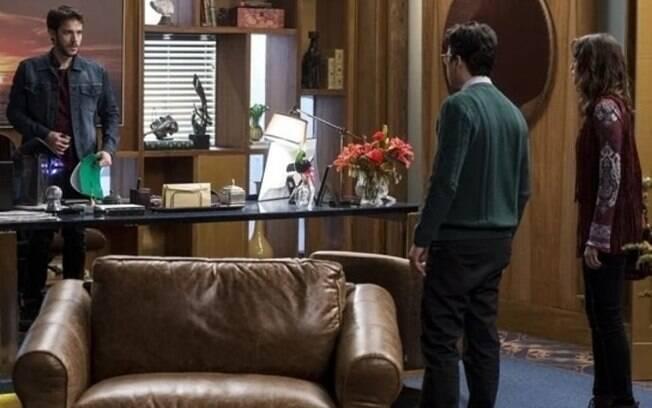 Giovanni é pego por Camila e Enéas na sala de Aparício