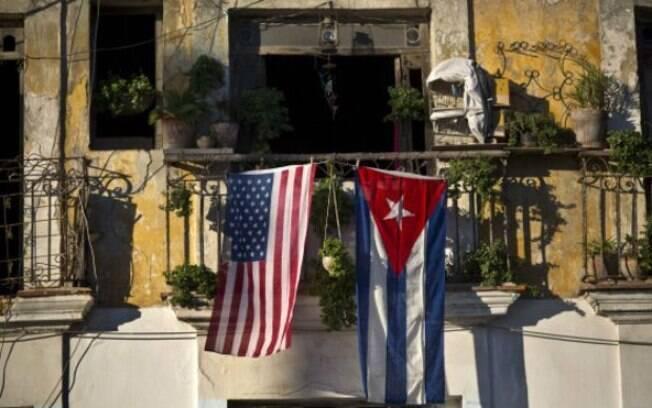 Bandeiras dos EUA e de Cuba são exibidas em sacada em Havana: reaproximação entre os países não deve afetar relação comercial com Brasil, segundo analistas