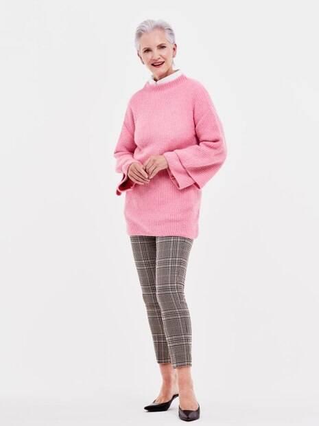 Para quem cabelos grisalhos, são indicada peças de roupa na cor rosa chiclete