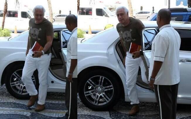 Antonio Fagundes vai a lançamento de filme camiseta com estampa de caveira e calça branca com barra enrolada