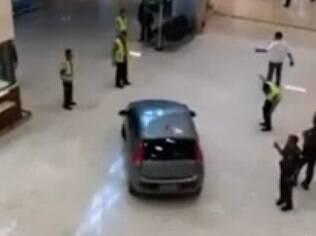 Seguranças interceptam motorista na tarde de sábado: carro entrou pela porta da frente