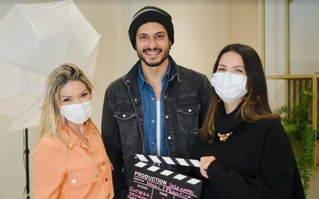 Raphael Vianna faz tratamento nos dentes e grava participação em série sobre dentistas