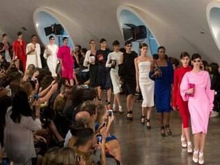 Modelos vestem coleção de verão de Alexandre Herchcovitch