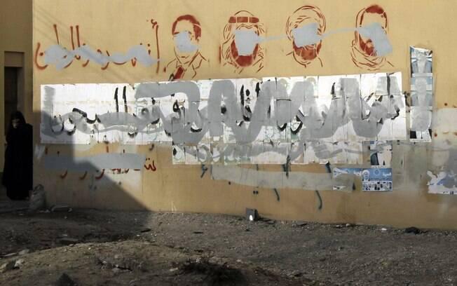 Grafites em muro de Bahrein ilustram os opositores presos após a revolta de 2011