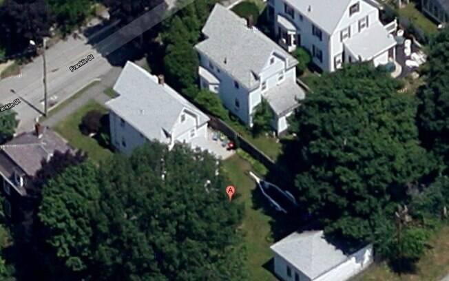 Suspeito de ataque foi cercado no quintal de uma casa na Rua Franklin, em Watertown, e se escondeu dentro de um barco