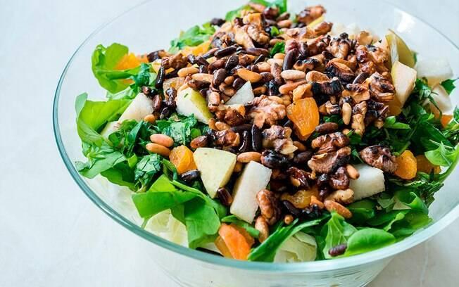Foto da receita Salada de rúcula com nozes pronta.