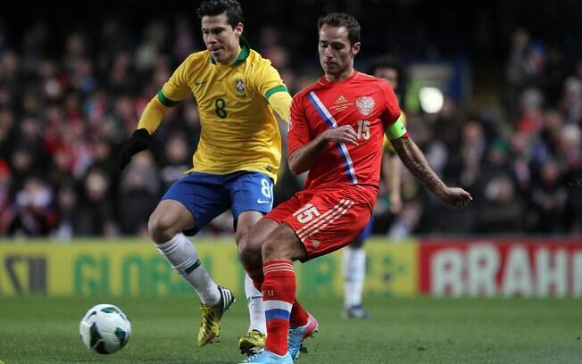 Hernanes tenta marcar jogador da Rússia, em  jogo disputado em Londres