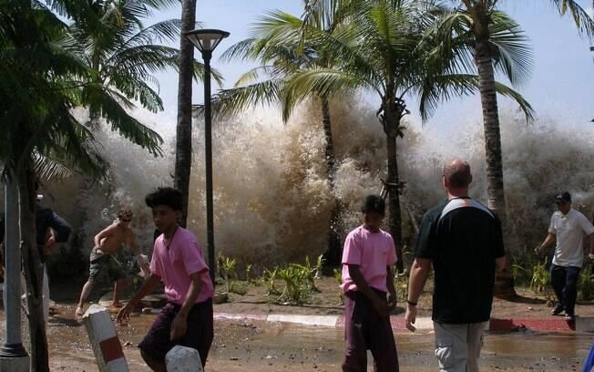 Onda gigante atinge a costa da Tailândia, um dos 13 países atingidos pelo tsunami (arquivo). Foto: Wikimedia Commons