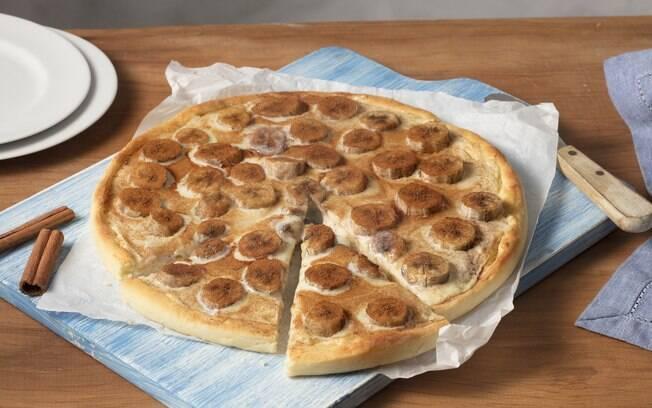 Tá afim de jantar a sobremesa? Vai de pizza de banana e leite condensado!