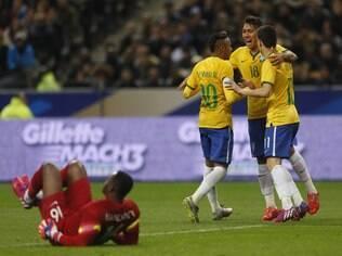 Firmino e Neymar comemoram com Oscar
